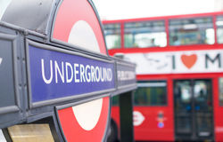 € de LONDRES «le 2 juillet 2015 : Fermez-vous d'un signe traditionnel de station Images stock