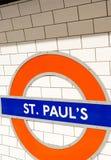 € de LONDRES «le 2 juillet 2015 : Fermez-vous du signe de station de St Paul pour le Th Photographie stock