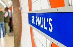 € de LONDRES «le 2 juillet 2015 : Fermez-vous du signe de station de St Paul pour le Th Photos libres de droits