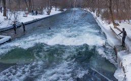 """€ de MUNICH """"28 de enero: Un top del montar a caballo de la persona que practica surf de una onda en el río Isar imágenes de archivo libres de regalías"""