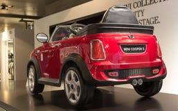 """€ de MUNICH """"o 30 de janeiro: Brinque o modelo de Mini Cooper S no bar de BMW, M imagem de stock royalty free"""