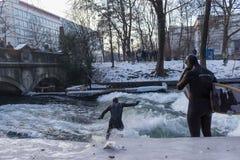 € de MUNICH «28 janvier : Un dessus d'équitation de surfer d'une vague sur la rivière Isar Photo stock
