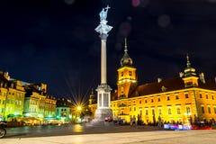 """€ de Varsovia, Polonia """"4 de agosto de 2017: Plac Zamkowy Escúdese el cuadrado en Varsovia en la noche en la ciudad vieja por la Fotografía de archivo libre de regalías"""