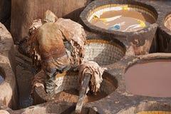 """€ di FES, MAROCCO """"20 febbraio 2017: Equipaggi il lavoro alla conceria famosa di Chouara nel Medina di Fes, Marocco Immagine Stock Libera da Diritti"""