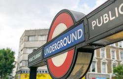 """€ di LONDRA """"2 luglio 2015: Chiuda su di un segno tradizionale della stazione Fotografie Stock"""
