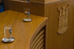 """€ di Zagabria, CROAZIA """"3 aprile 2017: insegne e vetri della città a Milan Bandic, sindaco di Zagabria, in una conferenza stampa Fotografie Stock Libere da Diritti"""