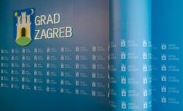 """€ di Zagabria, CROAZIA """"3 aprile 2017: parete del backgroud con le insegne della città a sindaco dell'auditorium della stampa di Fotografia Stock Libera da Diritti"""