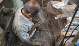 """€ JAIPURS, Rajasthan, Indien """"im Dezember 2016: Indischer Juwelier machend Lizenzfreie Stockbilder"""