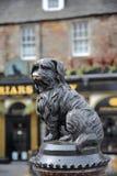 € «le 6 mai 2016 d'EDIMBOURG, ECOSSE: Statue de Greyfriars Bobby avec un bar à l'arrière-plan photographie stock