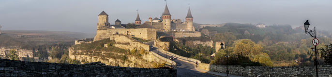"""€ medieval do castelo de Kamianets-Podilskyi da maravilha épico """"panorâmico Imagens de Stock"""