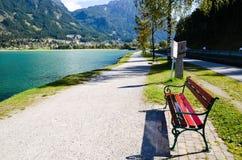 Promenade på sidan av Achensee i tyrol (Österrike) Royaltyfri Bild