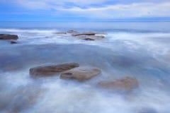 Rocks和波浪在Beach国王, QLD 图库摄影