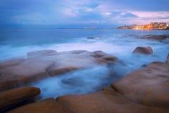 Rocks和波浪在Beach国王, QLD 免版税库存图片