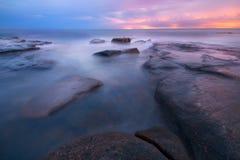 Rocks och vågor på konungar sätter på land, QLD Arkivbild