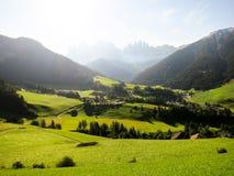 Santa Maddalena i morgonen, AutumnSouth Tyrol (Italien) Arkivbild