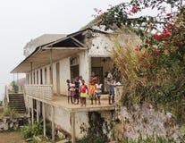"""€ Saos Tome, Sao Tome und Principe """"am 20. Juli 2015: Nicht identifiziertes Sao Tomean scherzt in einem Dorf bei Sao Tome Lizenzfreies Stockfoto"""