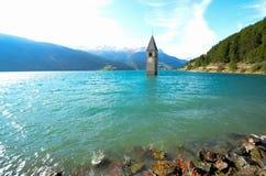 TheKlocka torn av Curon, södra Tyrol (Italien) Royaltyfria Foton