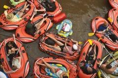 "€ VANTAAS, FINNLAND ""am 1. August 2015: Bier-Schwimmen (kaljakellunta Stockbilder"