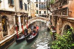 """€ Venedigs, Italien """"am 21. Dezember 2015: Touristen, die Foto mit Gondolieren im venetianischen Kanal in der Gondel machen Vene Lizenzfreie Stockbilder"""