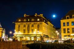 """€ Warschaus, Polen """"am 4. August 2017: Alte Straße in Warschau nachts in der alten Stadt angesichts der Laternen Stockfotografie"""