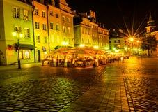 """€ Warschaus, Polen """"am 4. August 2017: Alte Straße in Warschau nachts in der alten Stadt angesichts der Laternen Lizenzfreie Stockfotografie"""