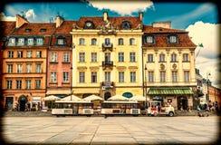"""€ Warschaus, Polen """"am 14. Juli 2017: Bunte Häuser in der alten Stadt in Warschau am Schloss quadrieren Altes Retrostilfoto Lizenzfreie Stockfotos"""