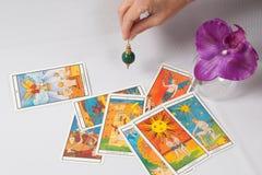 Â摆锤和占卜卡片 库存图片