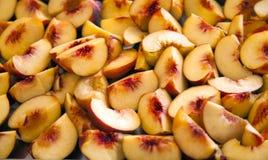 在盛肉盘的成熟切的†‹桃子 库存照片