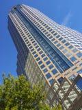 Â constructivo de cristal azul altoen el centro de la ciudad de Charlotte en Caroli del norte Imagen de archivo