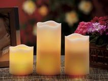 de elektrische kaarsen schijnt normale kaarsen Royalty-vrije Stock Afbeeldingen
