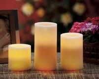 de elektrische kaarsen schijnt normale kaarsen Royalty-vrije Stock Afbeelding