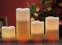 de elektrische kaarsen schijnt normale kaarsen Stock Foto's