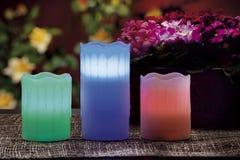 de elektrische kaarsen schijnt normale kaarsen Stock Afbeeldingen