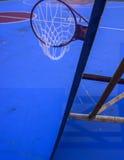 desmoronou desastre do tufão do afterda aro de basquetebol Fotos de Stock