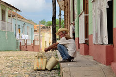 € du Trinidad, Cuba «un homme avec un panier Photo stock