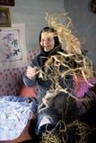 Gutsulka clasifica las vainas de haba Foto de archivo libre de regalías