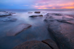 Rocks en golven bij Koningenstrand, QLD Stock Fotografie