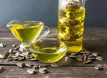 słonecznikowy olej butelki ścinku szklany odosobniony kopalny ścieżki wody biel Fotografia Stock