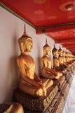 Wat Pho, Bangkok, Tailandia della statua del Buddha dell'oro Fotografia Stock