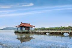 Wuxi Taihu sjö Li Ning Chun Ning Tower och sjöpaviljong Arkivbilder