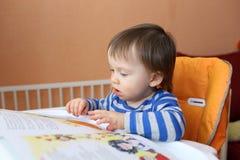 Âge de bébé de 16 mois de livre de lecture Photographie stock