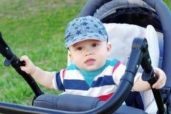 Âge de bébé garçon de 8 mois sur le boguet Photo libre de droits