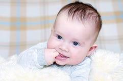 Âge de sourire amusant de bébé de 4 mois Photographie stock