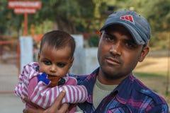 ÂGRÂ, INDE - DÉCEMBRE 2012 : Famille indienne, père tenant la fille dans son recouvrement Photos libres de droits