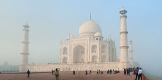 ÂGRÂ, INDE - VERS EN NOVEMBRE 2012 : Touristes devant Taj Mahal Photos libres de droits