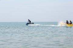 De boot van de banaan in blauwe overzees en duidelijke hemel stock fotografie