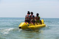 De boot van de banaan in blauwe overzees en duidelijke hemel Stock Afbeeldingen
