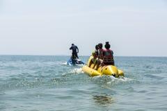 De boot van de banaan in blauwe overzees en duidelijke hemel Stock Foto's