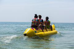 Bateau de banane en mer bleue et ciel clair Images stock