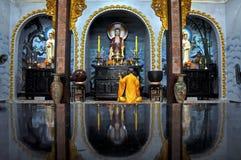 Buddistiskt meditera för monk royaltyfria bilder